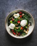 Salát s čočkou beluga, restovaný chřest, jahody kombuchový dresink s meduňkou, farmářská brynza