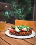 Topinka s pestem ze sušených rajčat a slunečnice, s čerstvým sýrem z Krasolesí a bazalkou