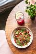 Letní miska bylinkové pohanky s naloženými liškami, rybízem a smetanovým jogurtem