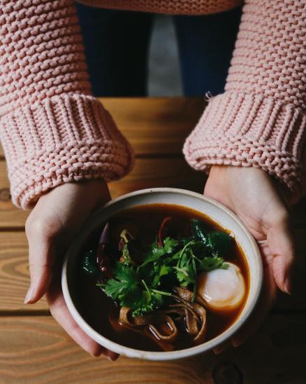 Miska s našimi celozrnnými nudlemi, silný vývar z hub a zeleniny