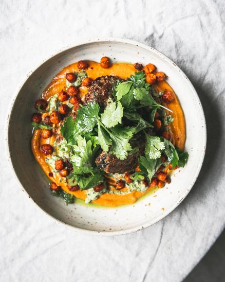 Bezlepkové kapustové placičky s omáčkou z uzené papriky, olejem a pestem z pórku a křupavou kořeněnou cizrnou, bylinky na kyselo