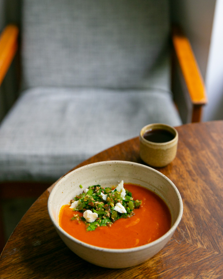 Polévka z pečených paprik s bylinkovou salsou, lněným semínkem a brynzou