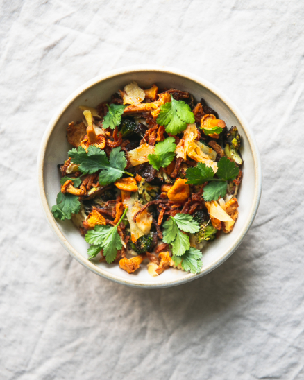 Slaná, bezlepková, ovesná kaše s pohankou a jáhly, kokosové mléko, restovaná brokolice, hlíva, nakládané lišky, křupavá cibulka a bylinky
