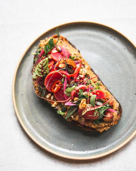 Kvásková topinka s pomazánkou z kořenové zeleniny, čočky a miso pasty