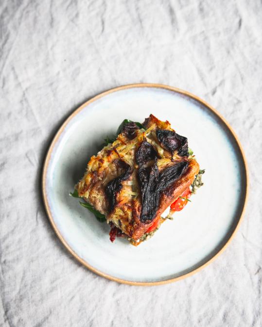 Kvásková celozrnná focaccia plněná domácím pestem, sušenými rajčaty a sýrem (od 10h)