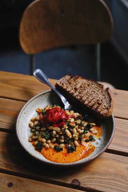 Chilli fazole, vyuzený paprikový dip, náš chilli olej, kadeřávak, nakládaná paprika