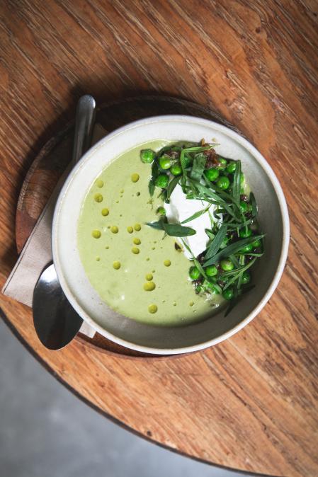 Hrášková polévka s creme fraiche, estragonem a lanýžovým olejem