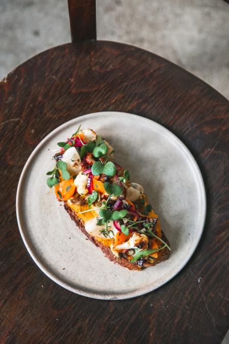 Hřejivá topinka s pomazánkou z červené čočky mrkve a žlutého kari s pečenou zeleninou a klíčky