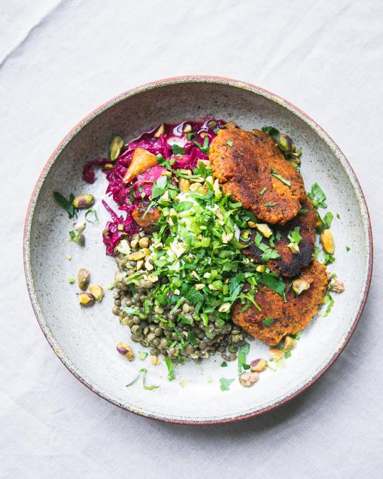 Od 11:00 - Mrkvové placičky s bylinkovou čočkou, fermentovaným zelným salátem s hruškou, pistácie