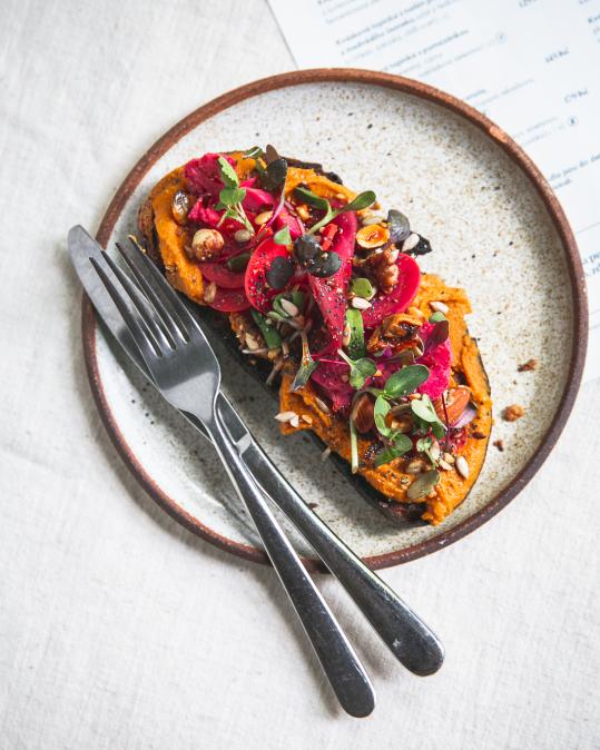 Kvásková topinka s pomazánkou z kořenové zeleniny, cizrny a žluté kari pasty