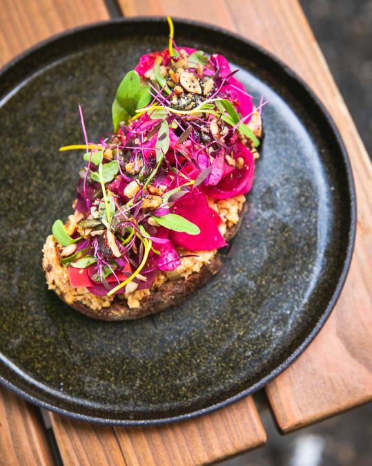Topinka s pomazánkou z květáku a jáhel, nakládaná zelenina, granola a mix klíčků